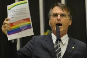 Certamente Bolsonaro tem muito interesse em defender o direito dos psicólogos. E dos gays. Ele ama os gays.