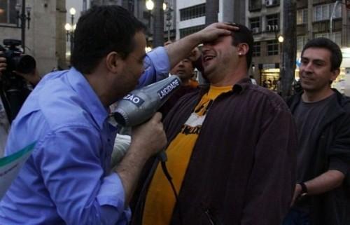 Daniel Sottomaior, presidente da ATEA, realizando o desbatismo em um dos manifestantes
