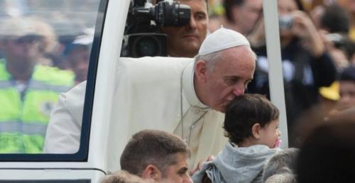 O papa distribuiu mais beijos que a Hebe Camargo