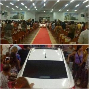 Permaneça dando o dízimo e um dia você poderá ter seu próprio carro importado para entrar no templo.