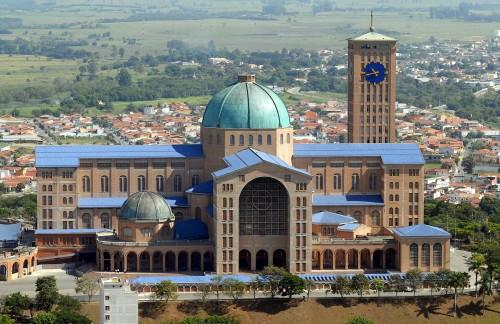 A Basílica de Nossa Senhora Aparecida, em São Paulo, que também deve ter custado alguns milhões de dólares para a Igreja Católica