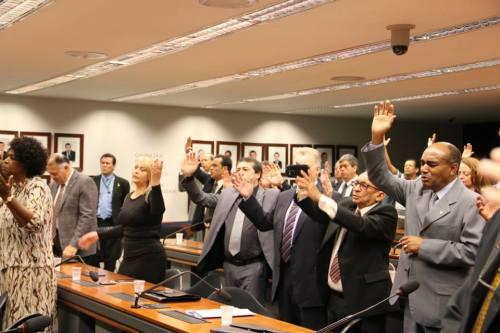 Integrantes da bancada evangélica realizando um culto durante uma sessão da Câmara.
