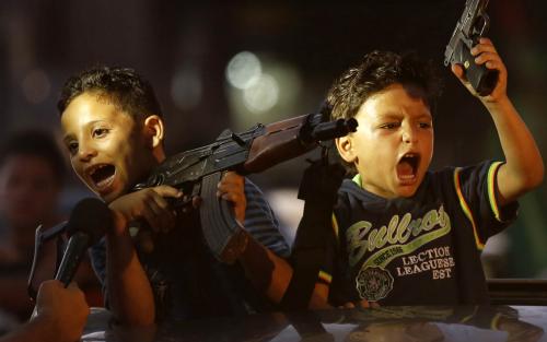 """Crianças palestinas, sendo ensinadas desde pequenas a pegar em armas para lutar com os """"inimigos"""" israelenses."""