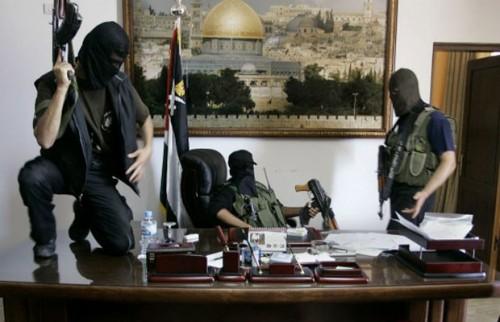 Integrantes do Hamas tomando o escritório do presidente palestino em 2007.