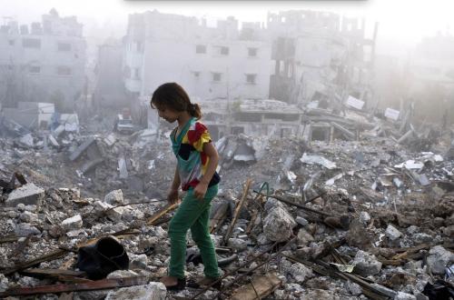 Uma criança palestina investiga os escombros do que era sua casa, na faixa de Gaza.