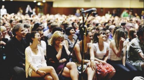 A audiência em um dos encontros realizados. Realmente me parece muiito mais animado que qualquer culto religiosos do qual eu já tenha participado.