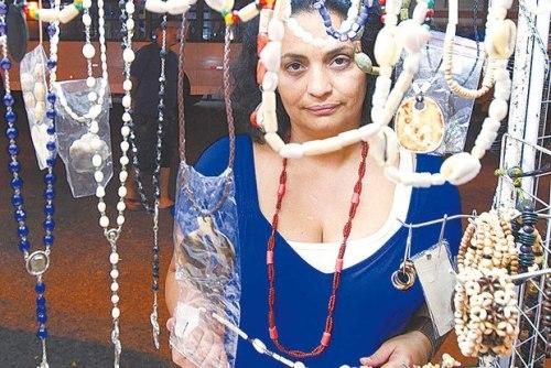 Rosiane Rodrigues, proibida de entrar no cemitério para fazer suas oferendas / Uanderson Fernandes - O Dia